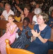 Julie et Tracie Kendrick avec leur filleule Lydie