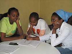 Sélomé soutient et encourage ses deux jeunes soeurs dans leur travail scolaire.